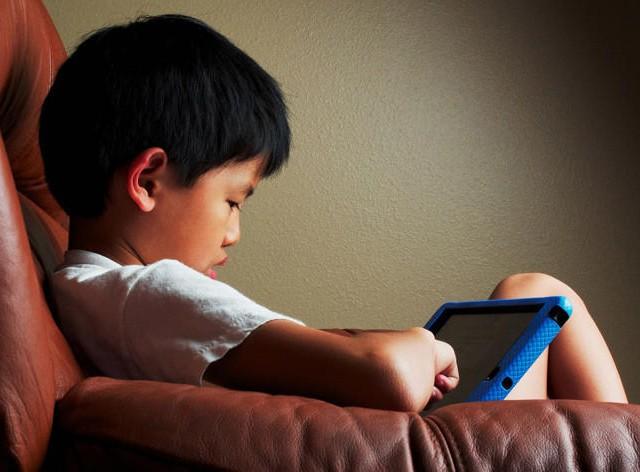 Мальчик заработал косоглазие из-за смартфона