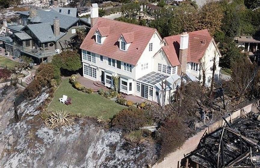 Весь мир поразило фото уцелевшего среди огня дома Энтони Хопкинса в Калифорнии