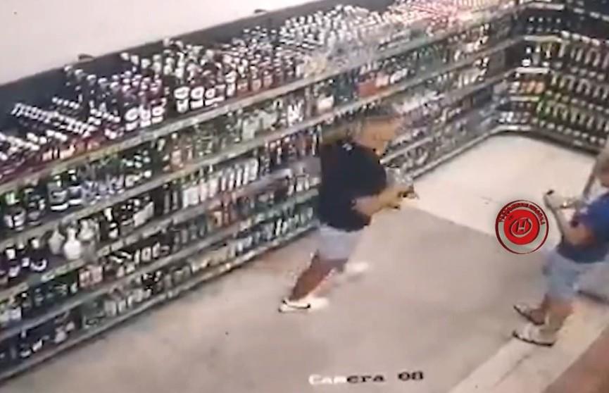 Конфликт между двумя покупателями в магазине: в гневном порыве 22-летний парень разбил 4 банки пива и одну с шампанским
