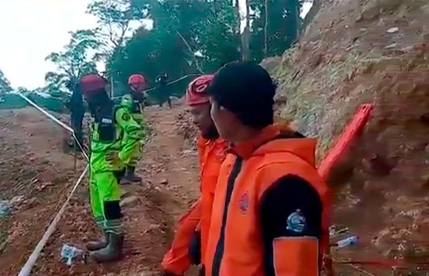 Продолжается спасательная операция в Индонезии