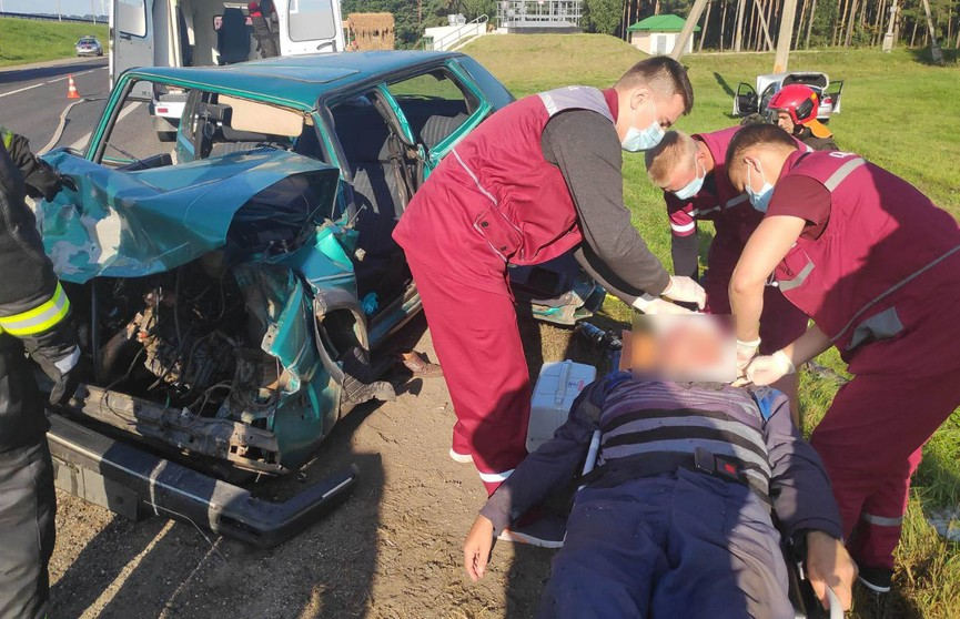 Серьезное ДТП под Зельвой: спасатели деблокировали двух человек, которых зажало в салоне легковушки