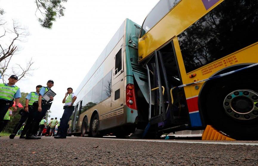 77 человек пострадали из-за столкновения туристических автобусов в Гонконге