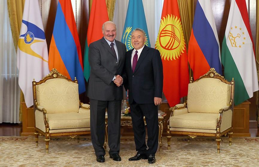 Александр Лукашенко поздравил Нурсултана Назарбаева с юбилеем