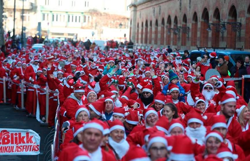 Забег Санта-Клаусов прошёл по улицам Будапешта