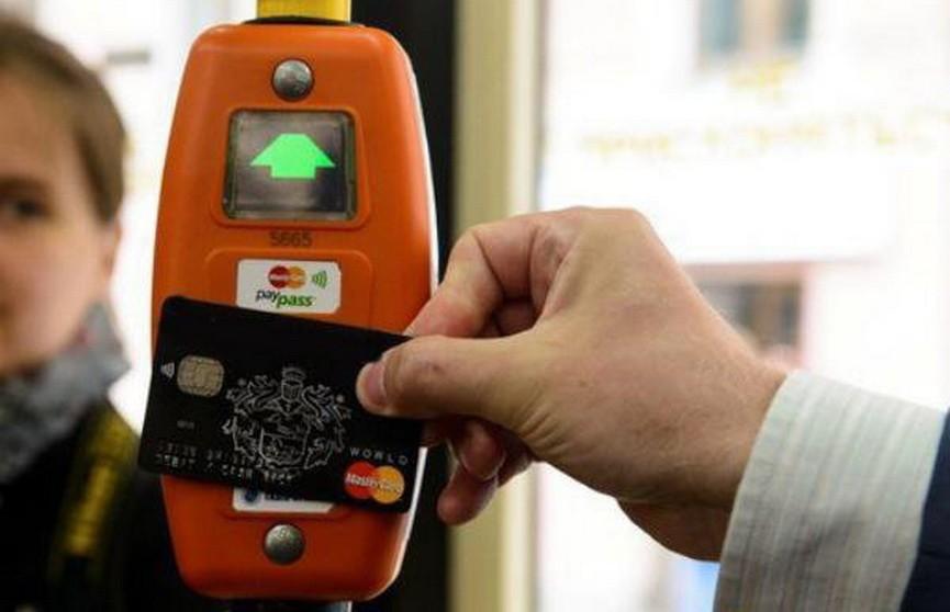 В наземном транспорте Минска могут ввести оплату банковской картой