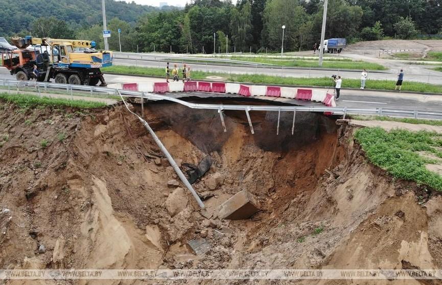 В Гродно после ливня провалился участок дороги