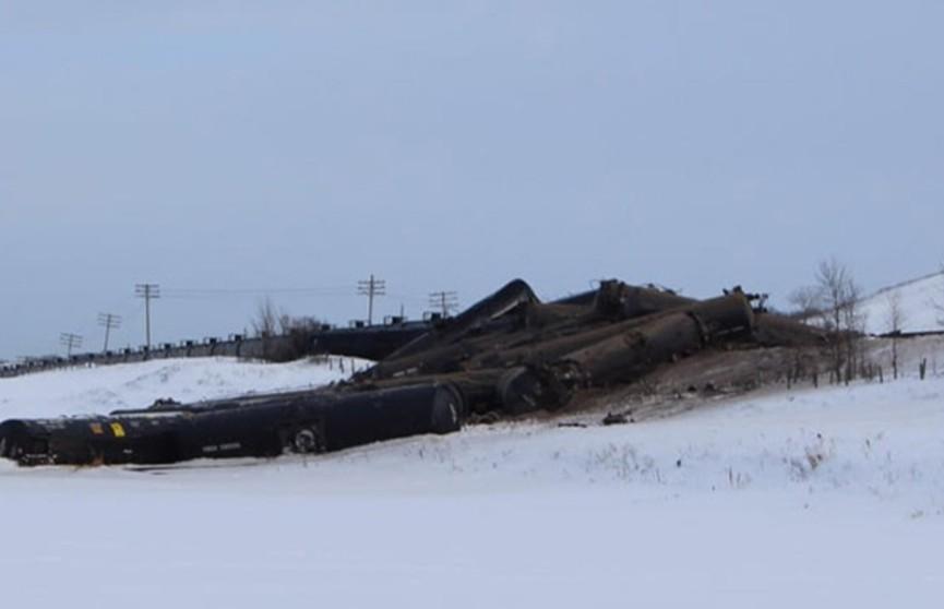Товарный состав, перевозивший около 40 цистерн нефтью, сошёл с рельсов