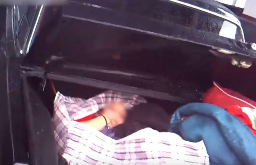 Гражданин Туркменистана спрятал девушку в сумку, поместил в багажник и пытался провезти через границу