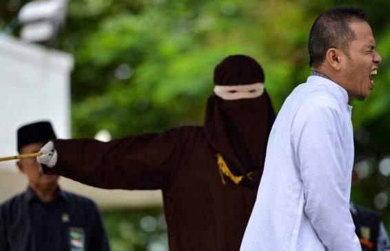 Индонезийца, который боролся за ужесточение законов о супружеских изменах, публично выпороли за неверность