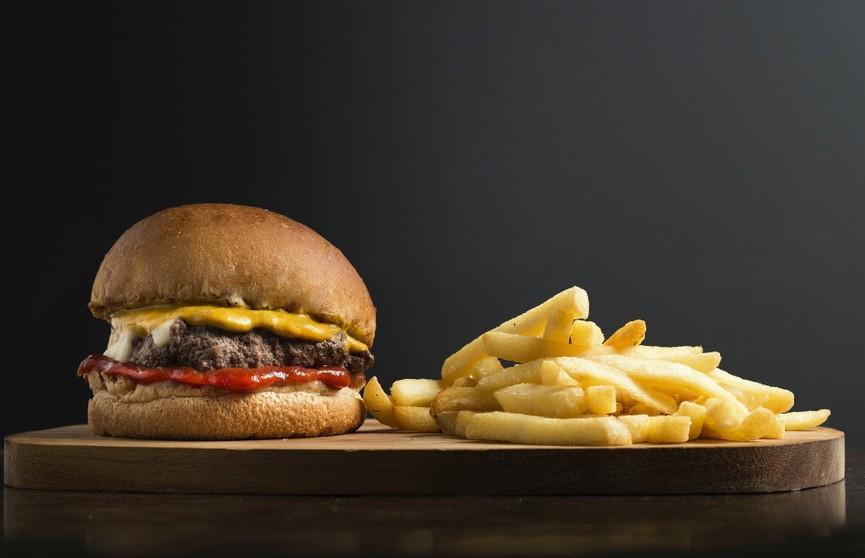 Без вреда для фигуры: диетолог рассказала, в какое время дня можно есть фастфуд