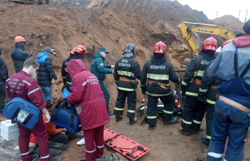 МЧС: двоих рабочих засыпало песком на стройке в Минске