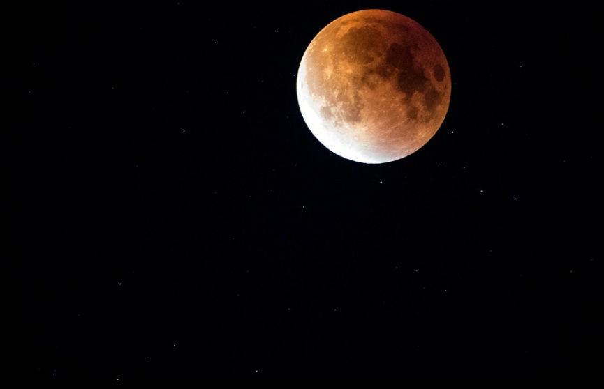 NASA намерено отправить на Луну женщину-астронавта