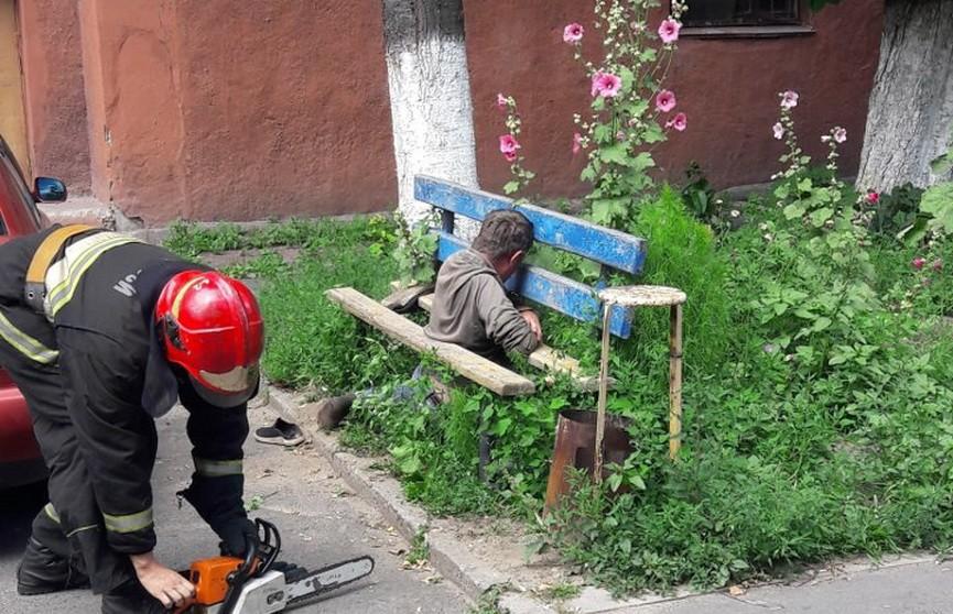В Гомеле спасли мужчину, который провалился между досками скамейки