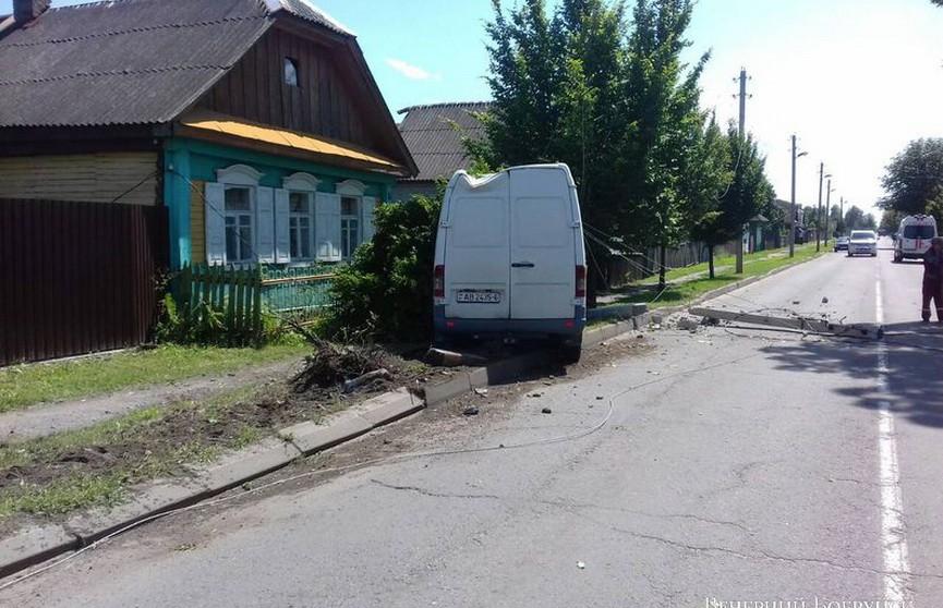 Микроавтобус в Бобруйске обесточил сотни частных домов