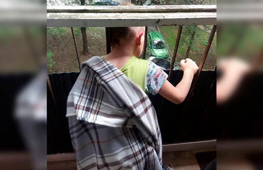 В Минске спасли ребёнка, голова которого застряла в перилах балкона