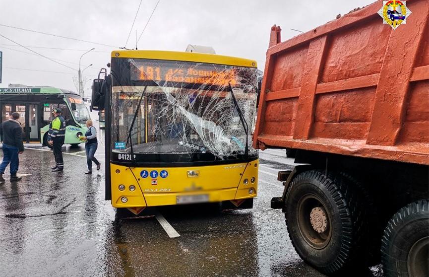 В Минске пассажирский автобус врезался в грузовик, есть пострадавшие