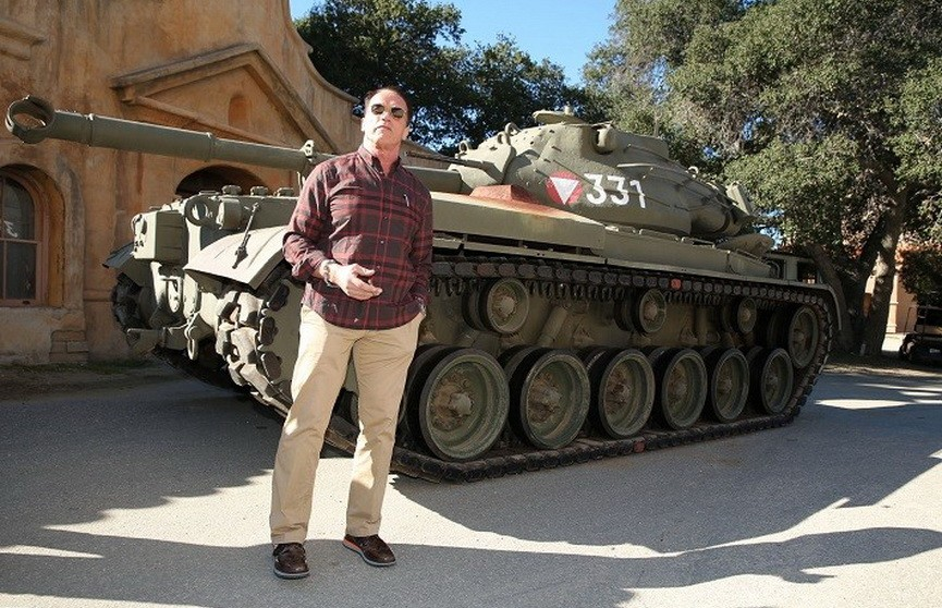 Арнольд Шварценеггер раздавил танком девятиметровый лимузин