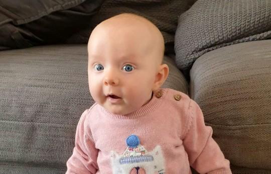 Девочка научилась стоять в возрасте двух месяцев (ФОТО)