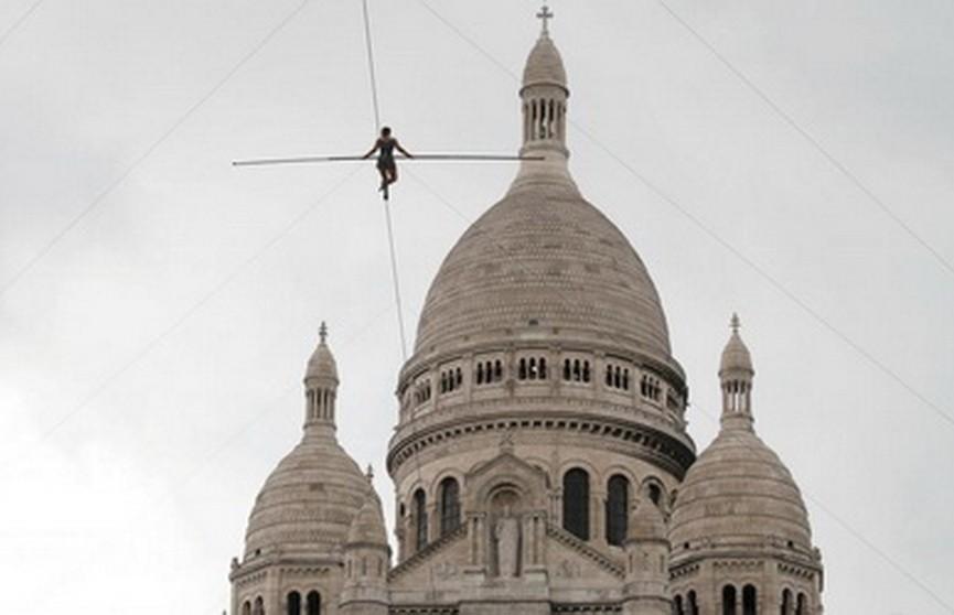 Французская канатаходка без страховки прошла над Монмартром