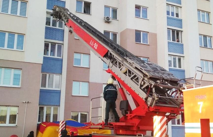 В Гродно мужчина повис на балконе пятого этажа