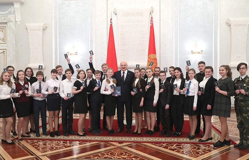 День Конституции: Александр Лукашенко вручил паспорта юным гражданам Беларуси