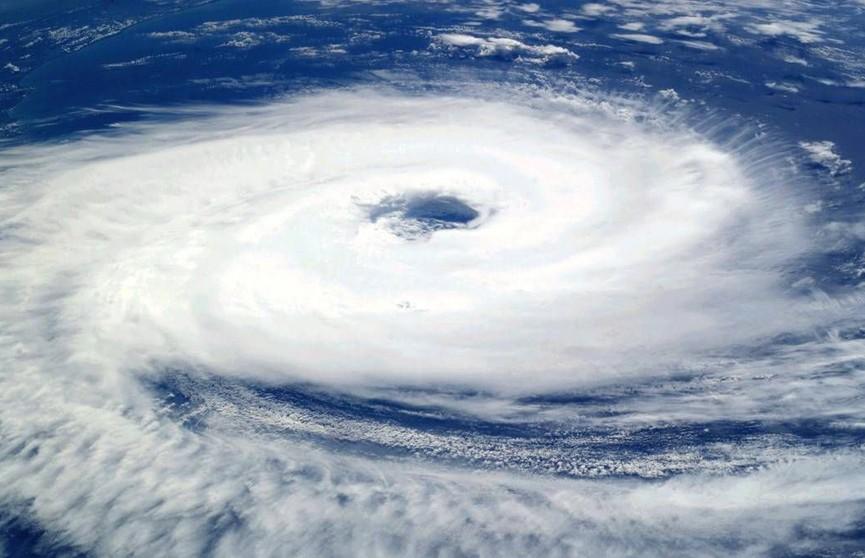 Мощный тайфун и шторм приближаются к Японии