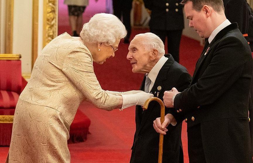 Елизавета II впервые за историю правления вручала награды в перчатках