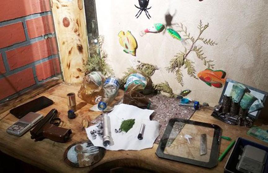 Служебная собака нашла наркотики и пистолет у жителей Калинковичей