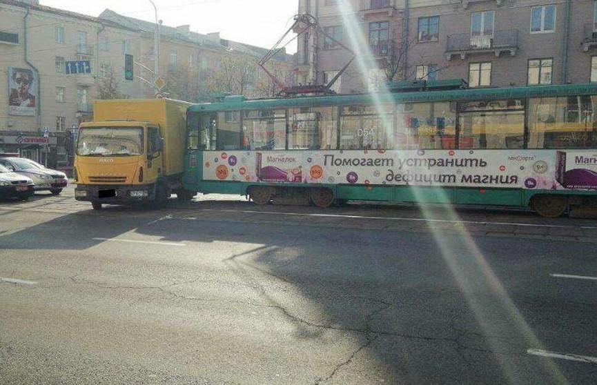 В Минске столкнулись трамвай и грузовик