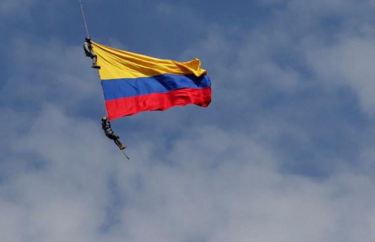 Двое военных разбились насмерть во время авиашоу в Колумбии
