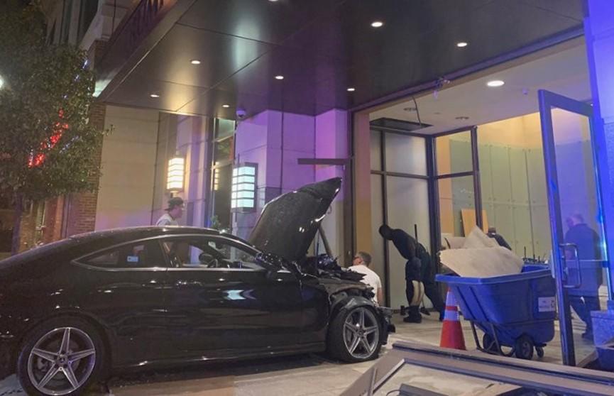 Автомобиль въехал в вестибюль жилой сорокаэтажки Trump Plaza в США
