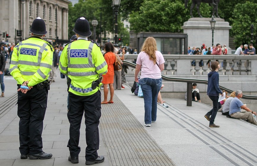 В Лондоне арестовали более 50 экоактивистов, приклеивших себя к асфальту