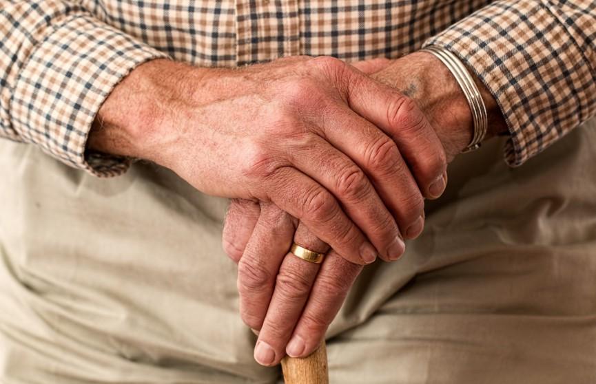 Пожилой мужчина научился делать макияж и прически, чтобы помогать своей слабовидящей жене