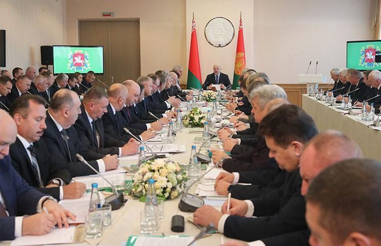 «Бесхозяйственно, безалаберно работаете». Лукашенко призвал не создавать новые структуры в АПК только ради глотка свежего воздуха