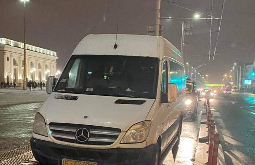 Водитель маршрутки в Минске поскользнулся, выходя из машины, и попал под троллейбус