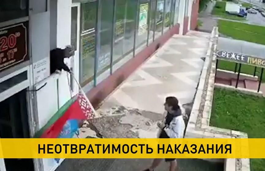 Итоги уличных протестов: мужчина ударил милиционера, а парень надругался над государственным флагом