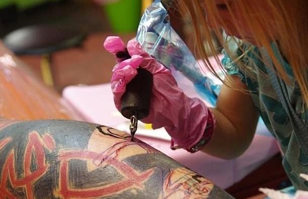 Девочка в 9 лет стала самым молодым тату-мастером