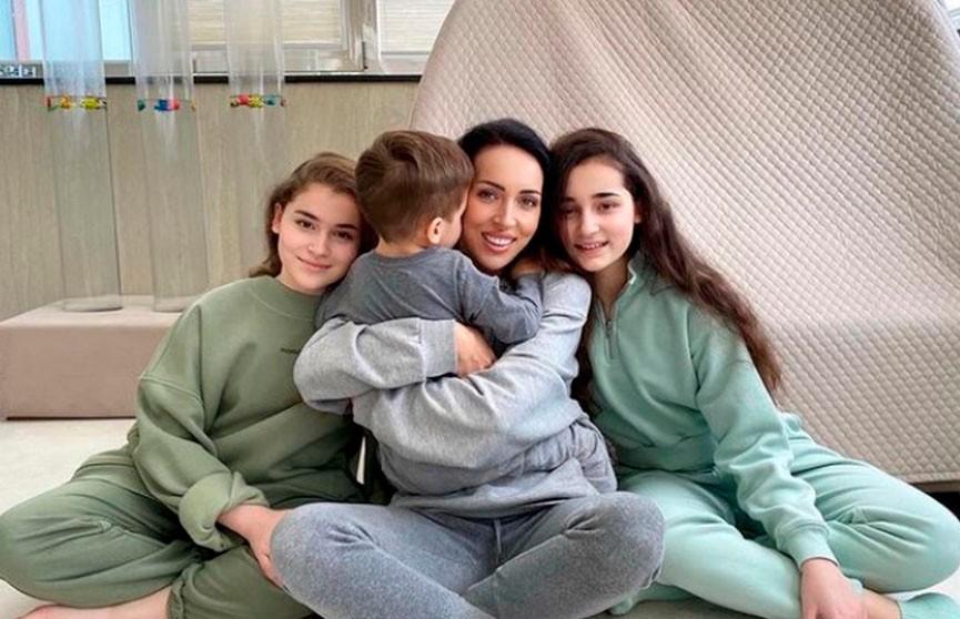 Трое детей Алсу. Почему певица прячет сына, но показывает дочерей?