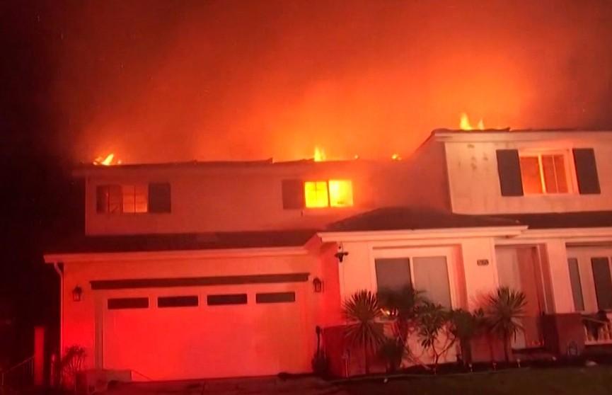 Лесные пожары в Калифорнии выходят из-под контроля: пригороды Лос-Анджелеса объявили районом ЧП