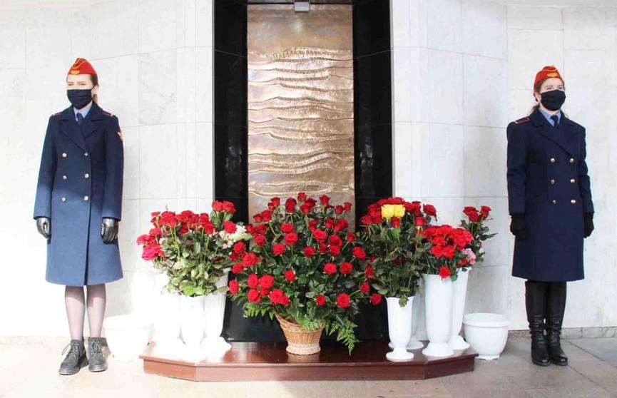 У станции «Октябрьская» работники метро стоят в почетном карауле в память о жертвах теракта 11 апреля 2011 года (ФОТО)