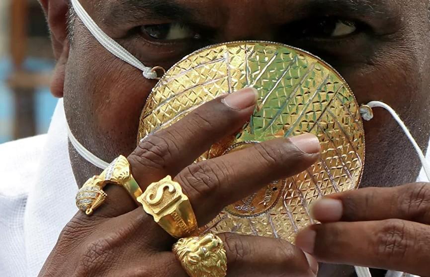 Индиец носит защитную маску из золота за четыре тысячи долларов