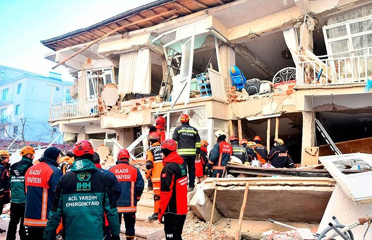 В Турции из-под завалов после землетрясения извлекли 39 человек