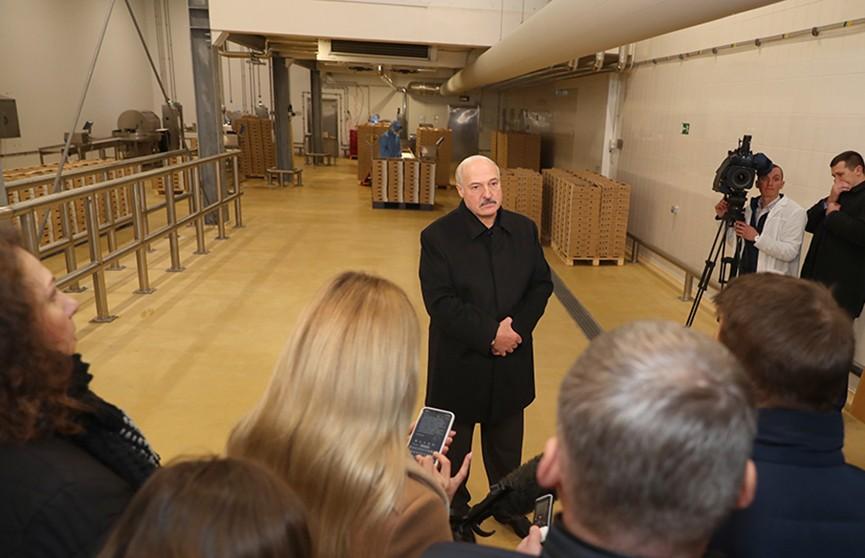 Лукашенко пообщался с журналистами во время рабочей поездки в Смолевичский район: о школьных каникулах, ситуации с коронавирусом и поддержке бизнеса