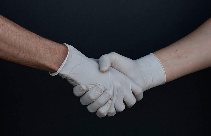 Медсестра из США показала, какую типичную ошибку совершают те, кто носит перчатки для защиты от вирусов