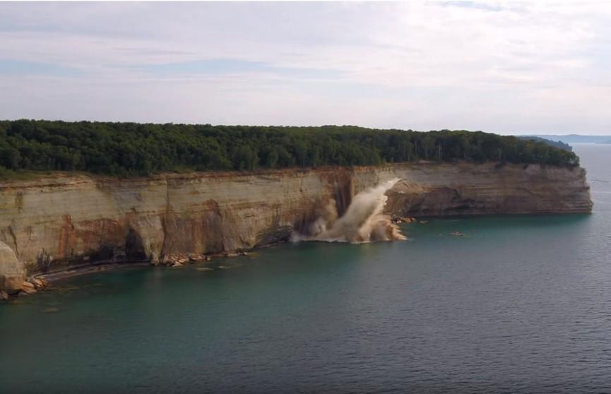 Кусок скалы обрушился прямо возле людей в каяках (ВИДЕО)