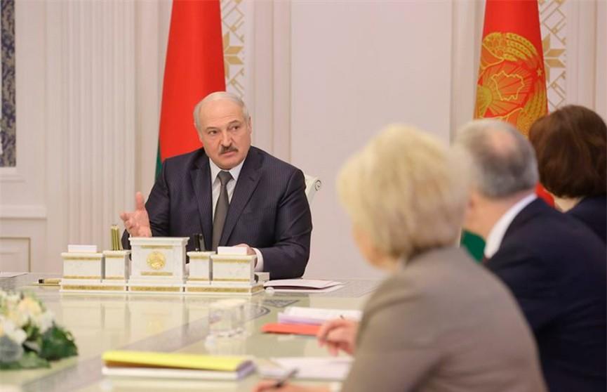 Лукашенко: Госслужащий – это не значит, что в десять раз зарплата выше, но должно быть достойно все