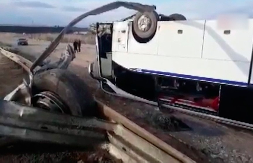 Автобус с пассажирами перевернулся на трассе в провинции Измир: есть погибшие и раненые