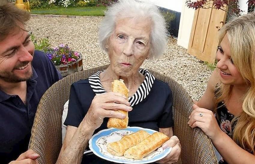 Британка дожила до ста лет благодаря сосискам в тесте