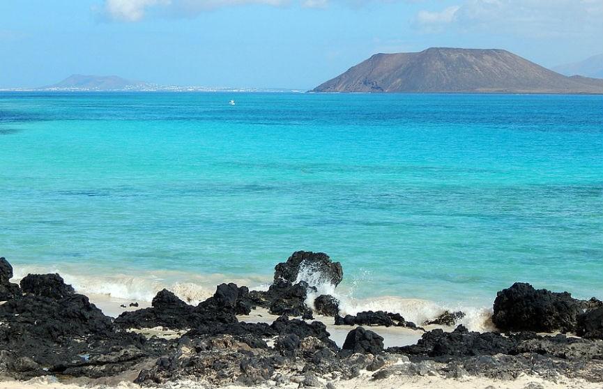 Кусок скалы обрушился прямо перед отдыхающими туристами на Канарских островах (ВИДЕО)