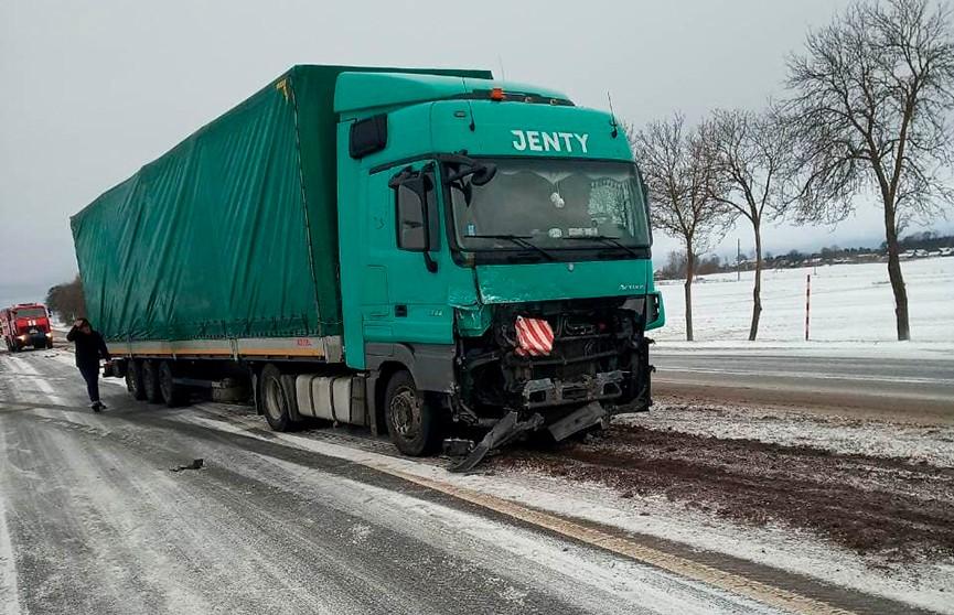 Легковой автомобиль столкнулся с двумя грузовиками. Водитель погиб